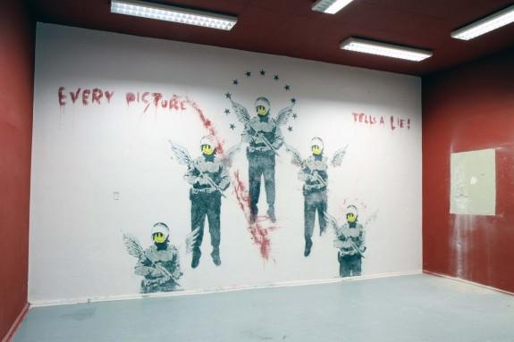 Un murales di Banksy ritrovato poco settimane fa' da Brad Downey a Berlino sotto vari strati di vernice (via blog.ekosystem.org) - http://blog.ekosystem.org/2011/09/brad-downey-%E2%80%93-grafitti-restoration-2/