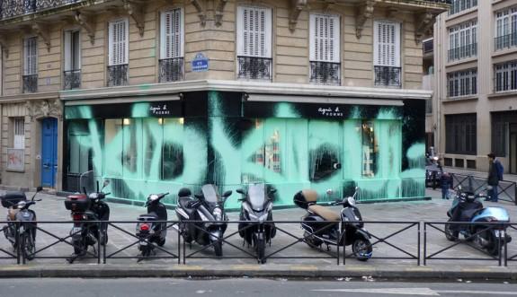 Il pezzo di Kidult realizzato nel gennaio 2011 su una delle boutiques di Agnès B. a Parigi