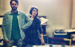 Massimo e Annalia nel loro laboratorio circondati da colori e sano disordine creativo
