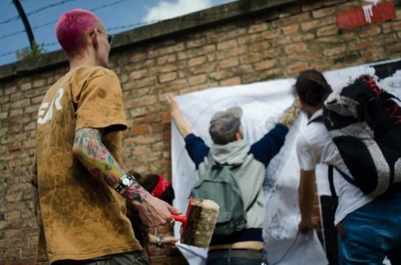 Collaboratori del Cheap al lavoro per affiggere le call - foto di Mario Covotta