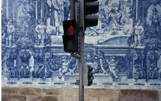 Traffic Light, Lisbon di Michael Eastman