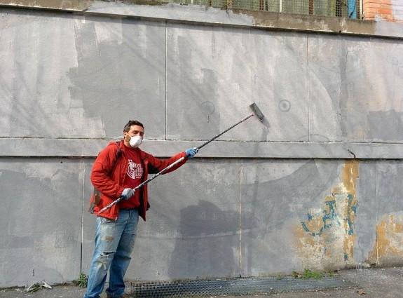 Un amico, cancella un muro dipinto da DEM