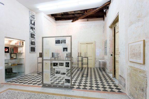 Marcel Duchamp, John Cage – Marcel Duchamp – Allan Kaprow, 2016, Casa Morra – Archivio d'Arte Contemporanea, Napoli, Foto Amedeo Benestante ©Fondazione Morra (dettaglio)