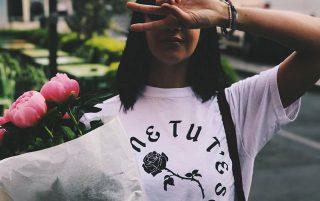 Giuliana con la t-shirt ufficiale di LIBERATO